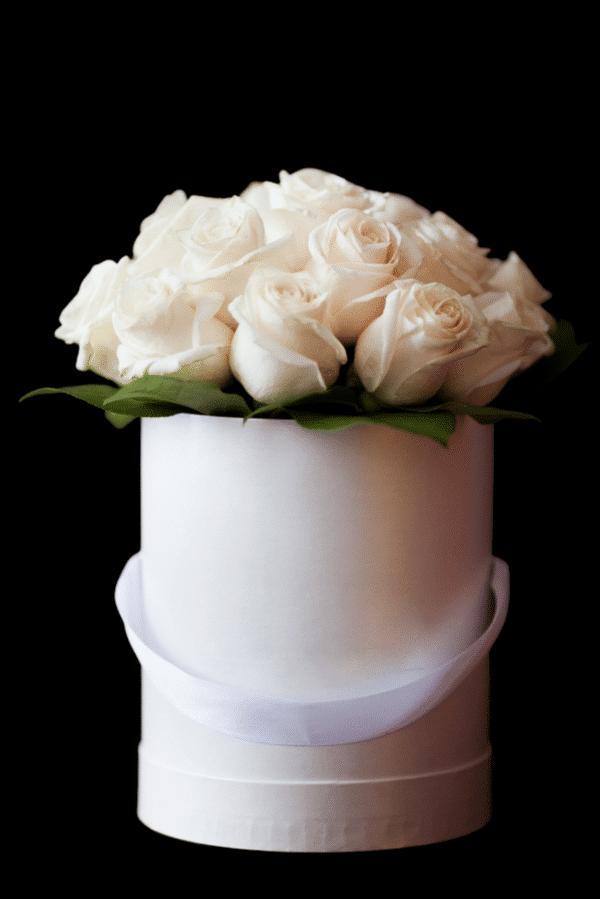 cappelliera di varie dimensioni con rose bianche - consegna a domicilio