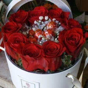 cappelliera con rose e cioccolatini - consegna a domicilio