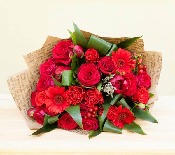 bouquet di fiori sulle tonalità del rosso - consegna a domicilio